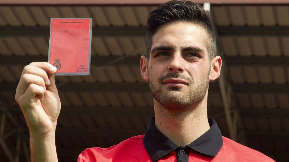 Foto: Jesús Tomillero, árbitro de fútbol homosexual que ha sido insultado por su condición sexual. (EFE)