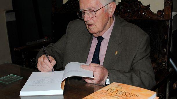 Foto: Joaquín Valverde Sepúlveda firma libros en su Guadix natal (Foto:  Manuel Khortés Magán)