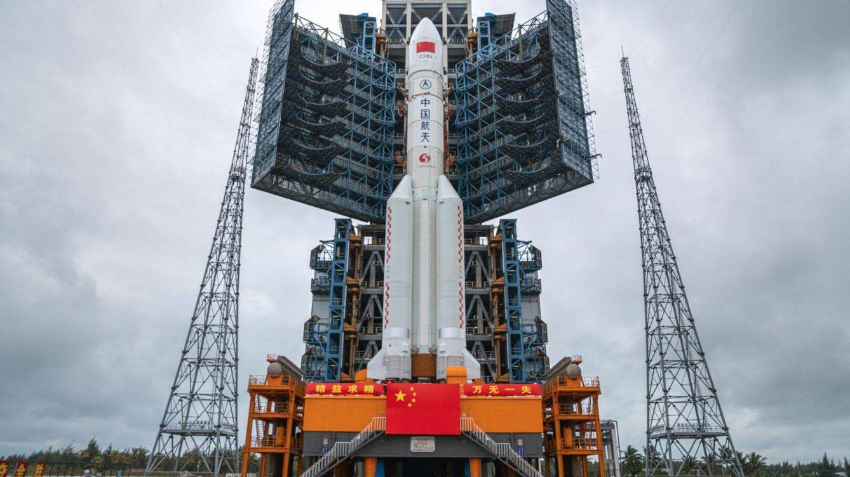 Foto: El cohete Long March 5 listo para lanzar el primer módulo de la estación espacial china
