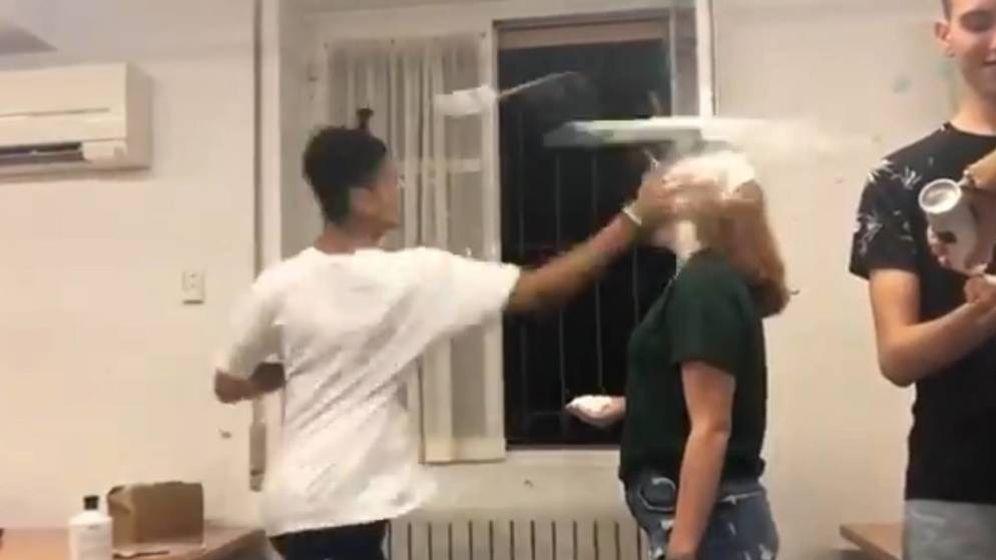 Foto: Momento en el que el alumno golpea a la joven.