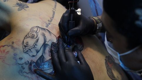 Un grupo de turistas británicos paga a un sin hogar de Benidorm por tatuarse la frente