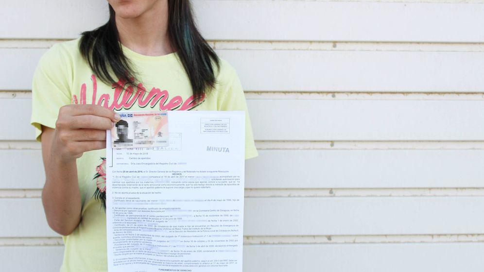 Foto: Jorge* sostiene su DNI y la respuesta negativa del registro para suprimir el apellido paterno. (B. Rodrigo)