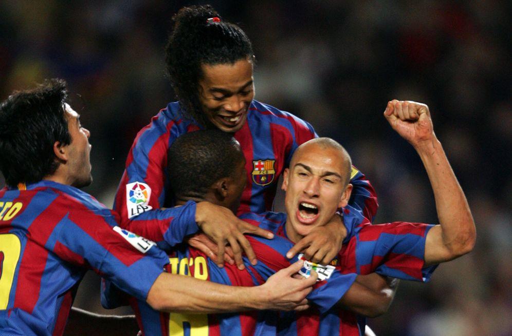 Foto: Larsson es abrazado por Eto'o, Ronaldinho y Deco tras marcar un gol con el Barcelona (Reuters)
