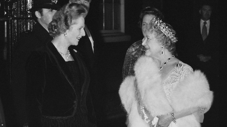 Margaret Thatcher y la reina madre, en 1980. (Getty)