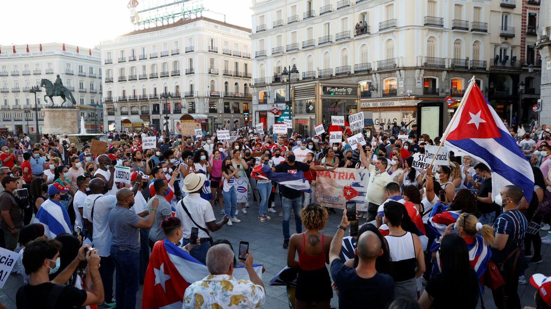 Varias personas participan en la concentración 'Por una Cuba libre' en la Puerta del Sol. (EFE)