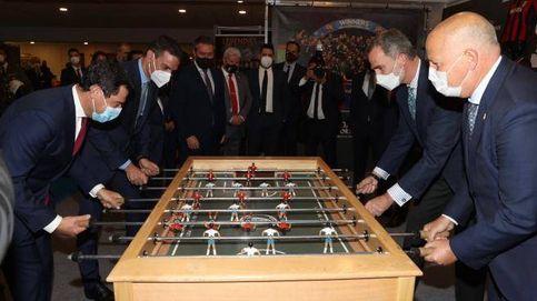 Pedro Sánchez, Felipe VI y Juanma Moreno juegan el futbolín en la final de Copa