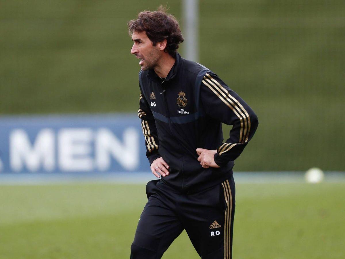 Foto: Raúl González Blanco da instrucciones durante un partido del Castilla. (@RaulGonzalez)