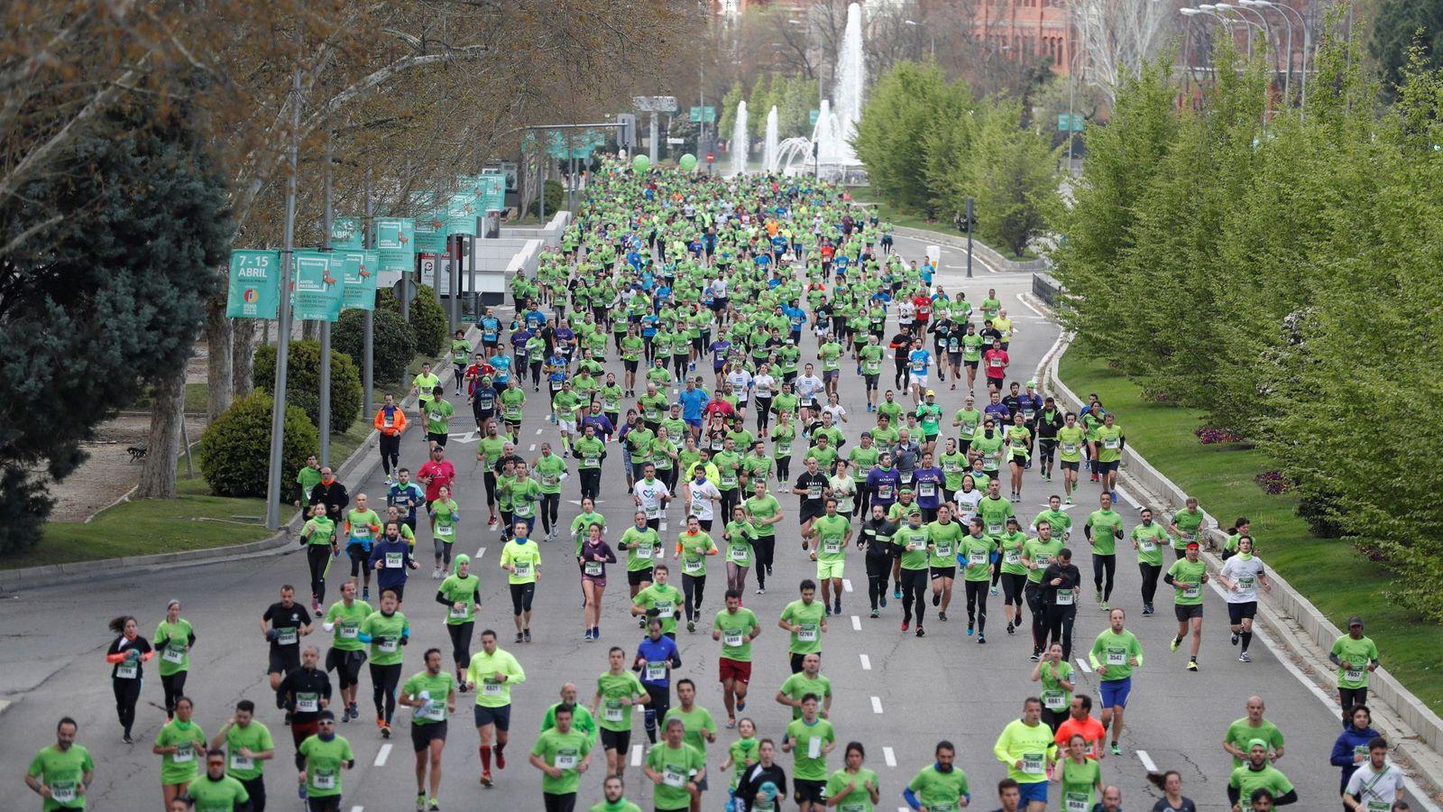 Foto: Cientos de personas, en la salida de la quinta carrera contra el cáncer en el paseo de Recoletos de Madrid. (EFE)
