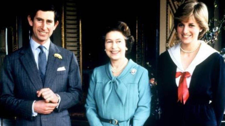 Carlos y Diana, junto a la reina Isabel II. (Cordon Press)