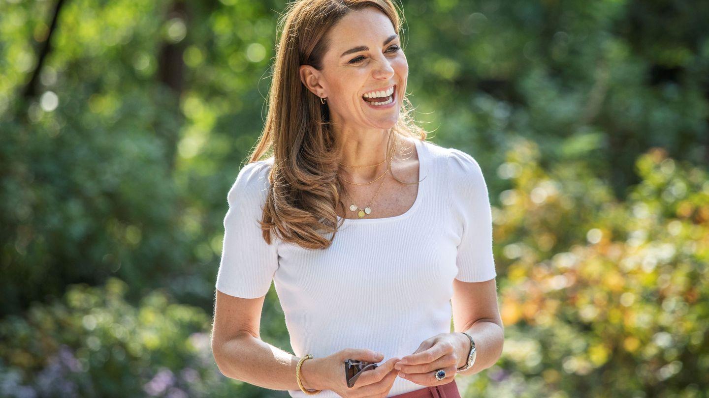 Kate Middleton luce una cadena de la que cuelgan tres medallas con las iniciales de sus hijos. (Reuters)