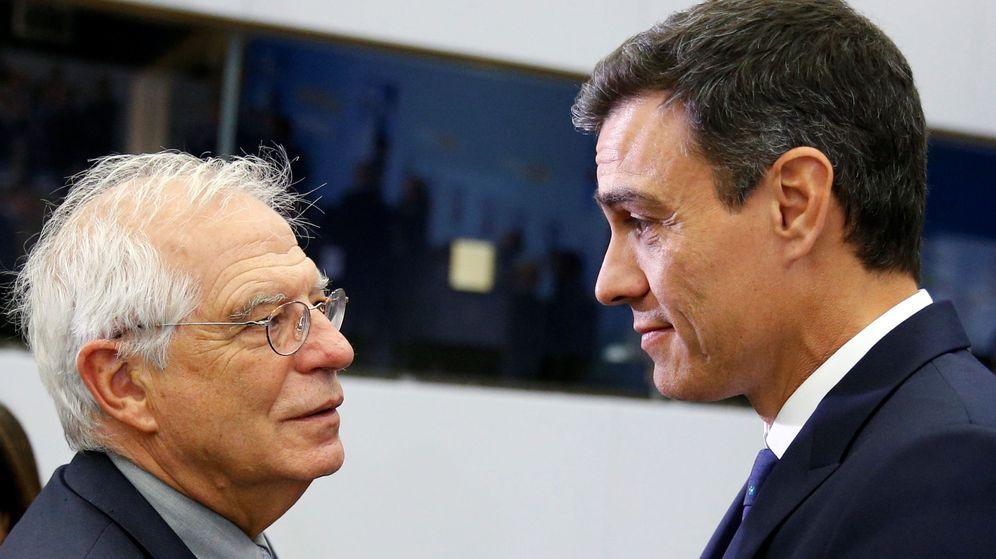 Foto: Fotografía de archivo de Pedro Sánchez (d) y Josep Borrell. (Reuters)