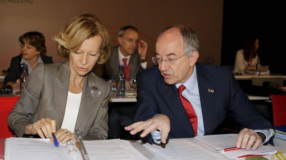 Foto: La ministra de Economía en 2010, Elena Salgado, junto al entonces gobernador del Banco de España, Miguel Ángel Fernández Ordóñez. (EFE)