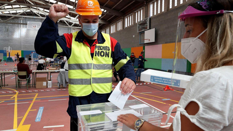 Así ha votado uno de los trabajadores de Alcoa ataviado con su uniforme de trabajo. (EFE)