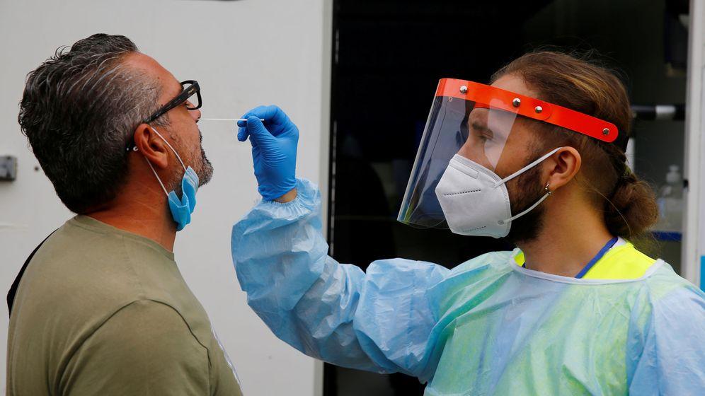 Foto: Personal sanitario realiza una PCR en Sevilla. (Reuters)