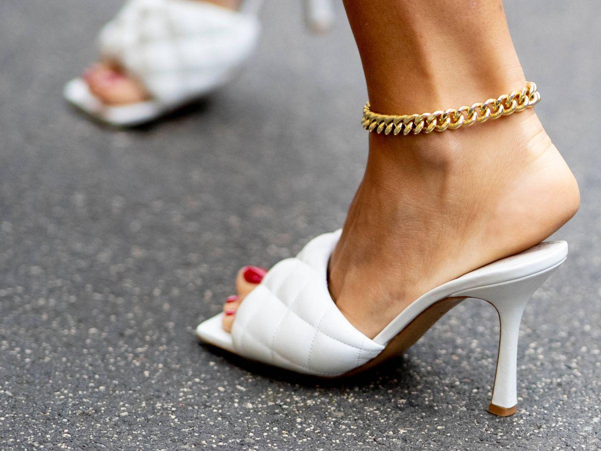 Foto: Las sandalias blancas se mantienen en los looks de las insiders. (Imaxtree)