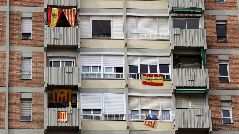 Foto: Esteladas y banderas de España en un edificio de Barcelona. (Reuters)