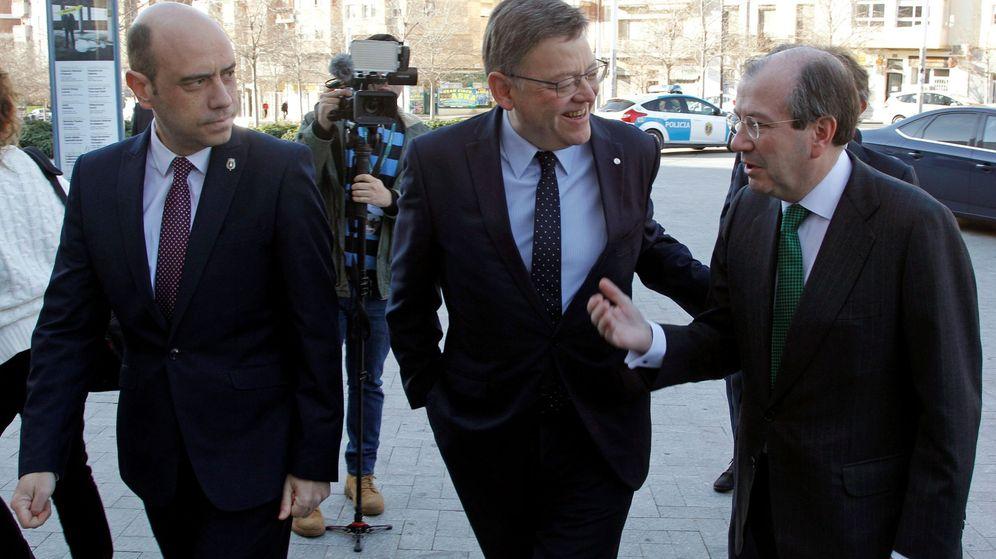 Foto: Gabriel Echávarri (i), al lado de Ximo Puig (c). (EFE)