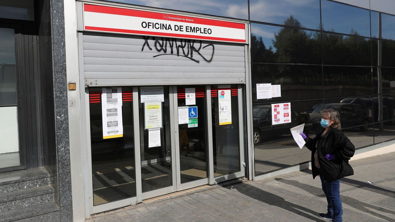 Foto: Una mujer espera ante una oficina de empleo en Madrid. (EFE)
