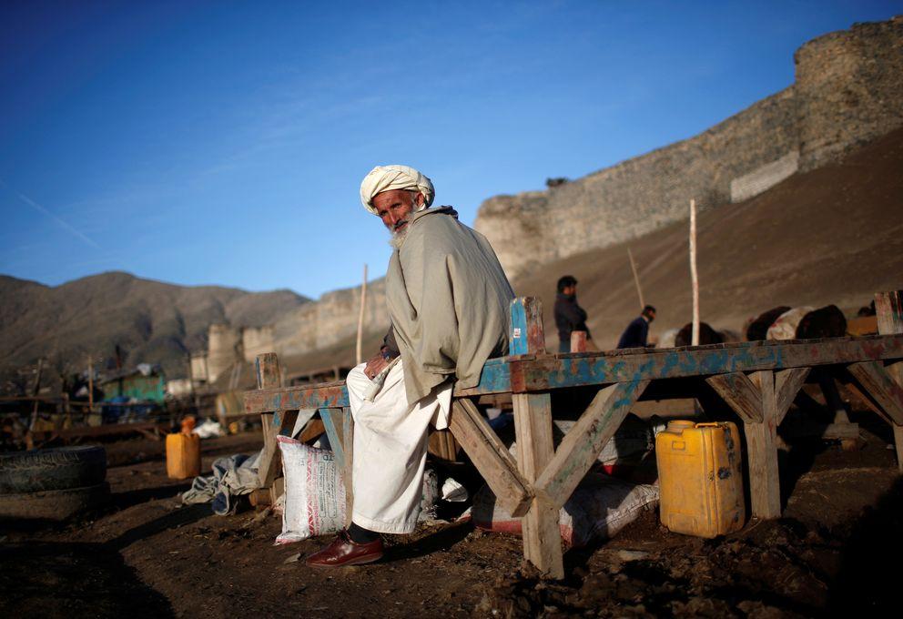 Un afgano se sienta en un mercado de ganado en Kabul, Afganistán. (Reuters)