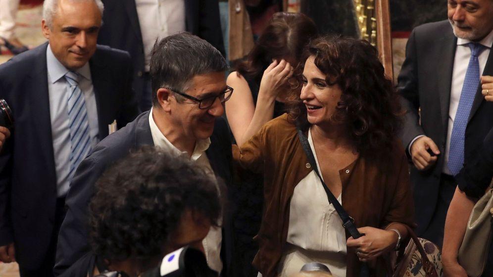 Foto: La ministra de Hacienda, María Jesús Montero, dialoga con varios diputados socialistas en el Congreso. (EFE)