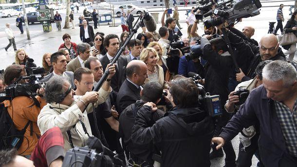 Foto: Beltrán Gutiérrez (centro) acompaña a Aguirre al juzgado en una imagen de 2014. (Gtres)