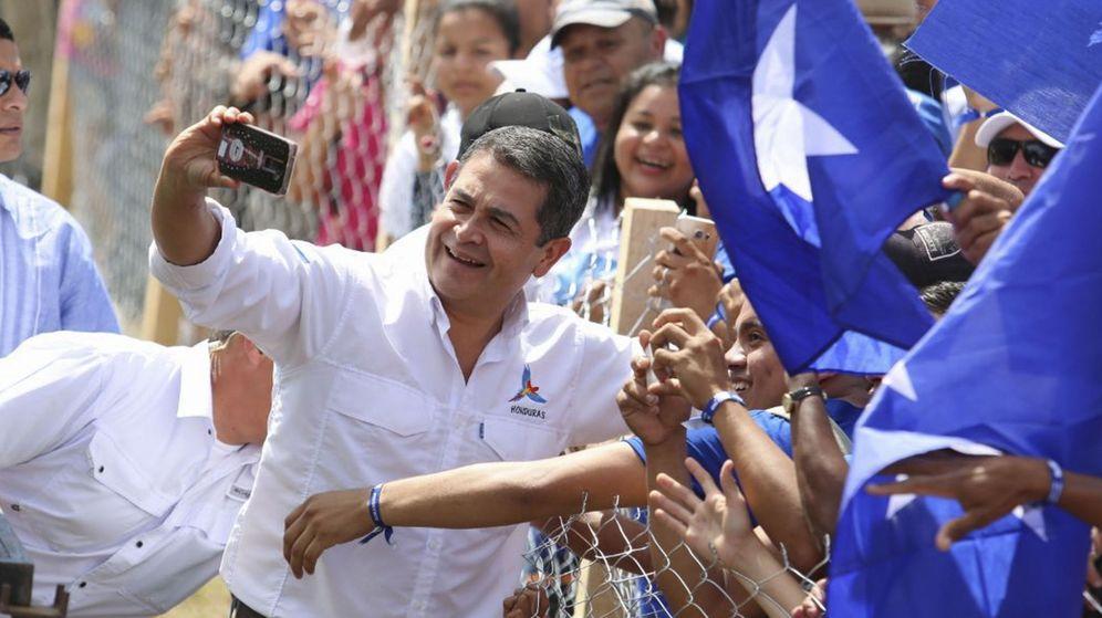 Foto: El presidente candidato Juan Orlando Hernández se toma un selfie con sus partidarios en el cierre de la campaña. (EFE)
