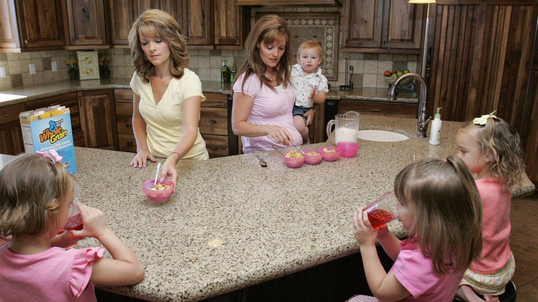 Las hermanas-esposas Valerie y Vicki, en su casa de Herriman, Utah. (Reuters)