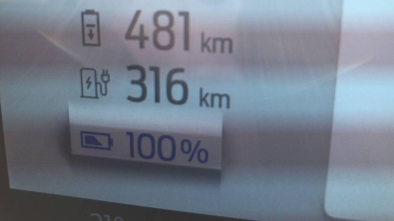Partimos desde Galapagar, en Madrid, con la batería cargada por completo. El ordenador indica 481 kilómetros de autonomía estimada y 316 hasta el primer punto de recarga recomendado.