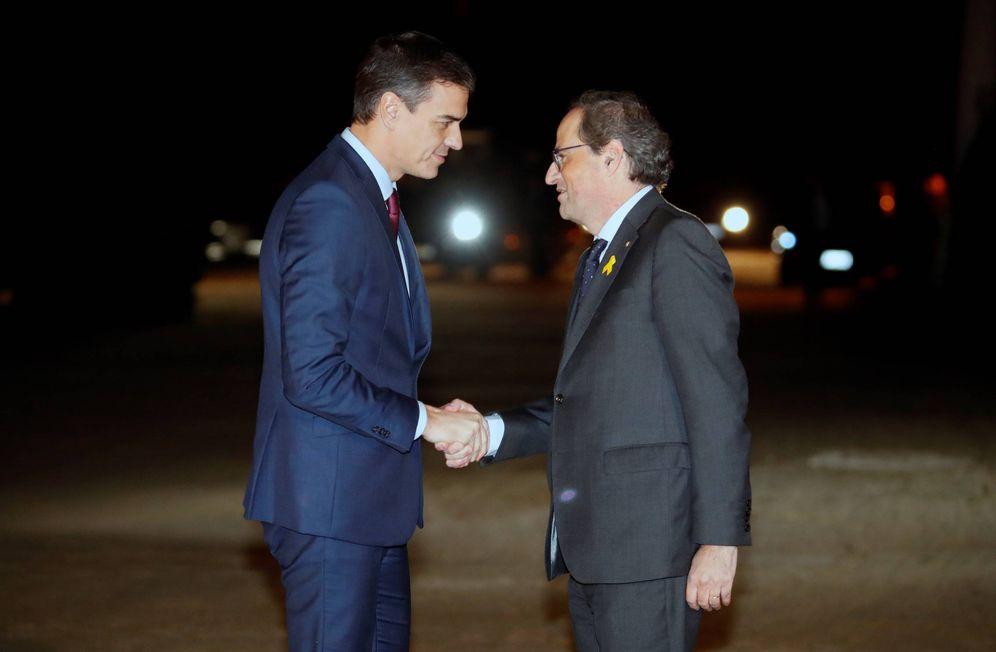 Foto: Pedro Sánchez y Quim Torra se saludan antes de comenzar su reunión en el Palacio de Pedralbes, en Barcelona, el 20 de diciembre de 2018. (EFE)