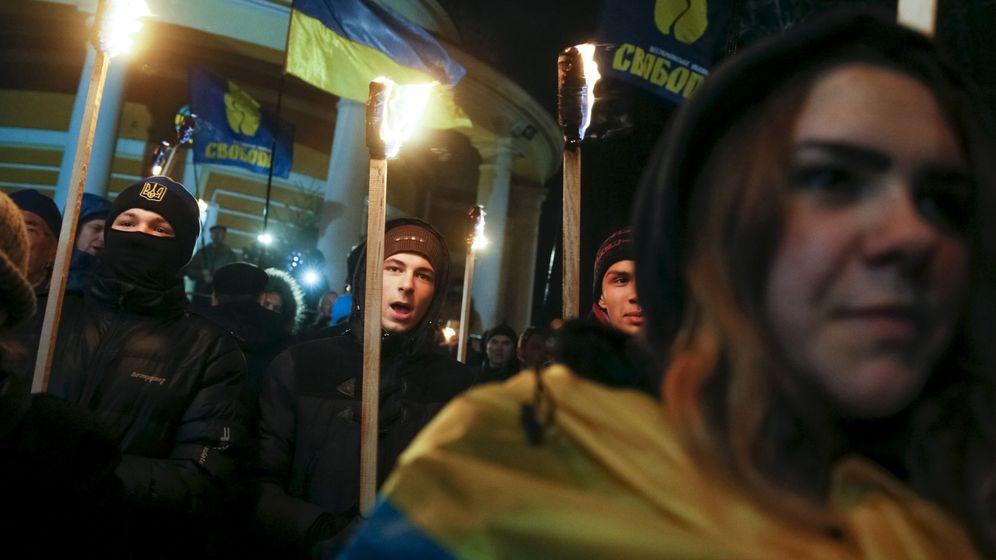 Foto: Simpatizantes y activistas del partido nacionalista Svoboda marchan en Kiev en recuerdo de un estudiante muerto en 1918, en enero de 2016 (Reuters)