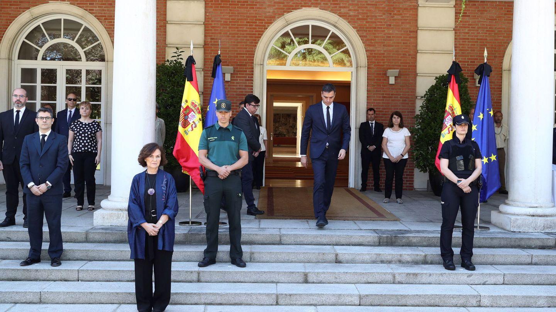 Pedro Sánchez se suma al minuto de silencio el último día del luto oficial por las víctimas del covid-19, este 5 de junio. La vicepresidenta primera, Carmen Calvo, en primera fila. (Borja Puig | Pool Moncloa)