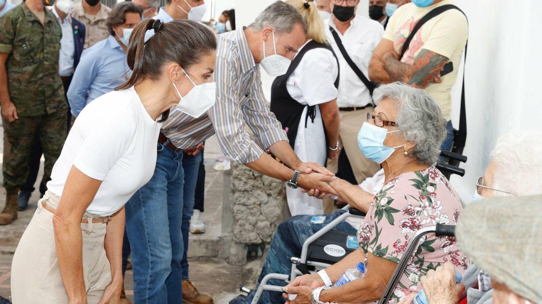 La reina Letizia, charlando con los afectados. (Casa de S. M. el Rey)