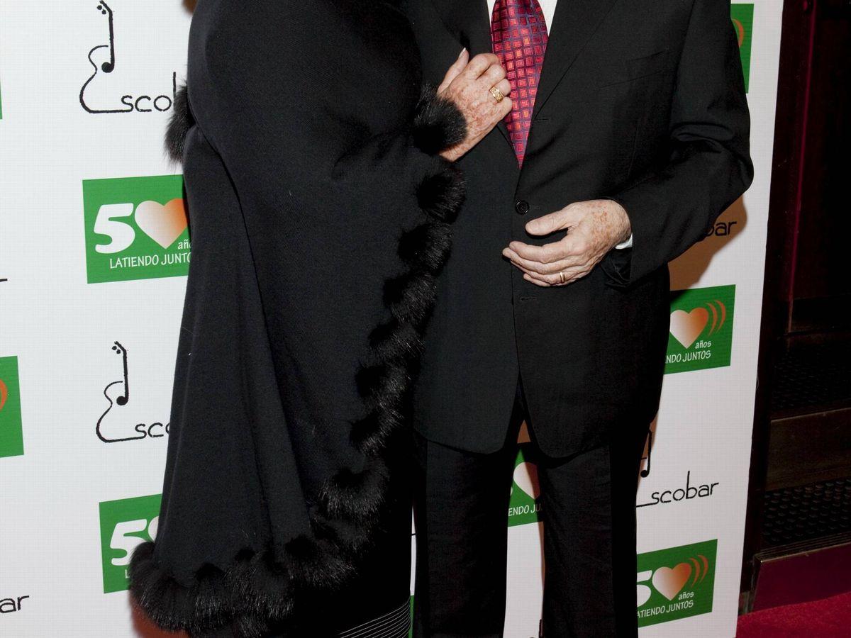 Foto: Manolo Escobar y su mujer, Ana Marx, en la fiesta sorpresa por 50 años de carrera. (Cordon Press)