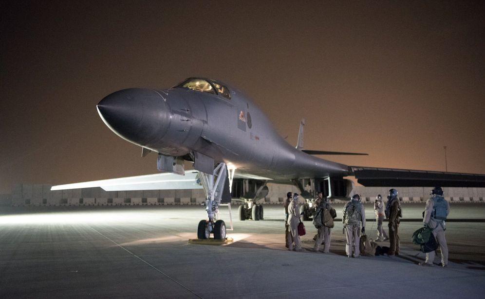 Foto: Un bombardeo B-1B estadounidense se prepara para participar en la operación de castigo contra Asad, en la base de Udeid, Doha. (Reuters)