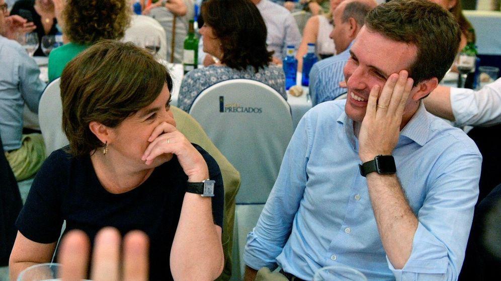 Foto: Los candidatos a la presidencia del PP, Soraya Sáenz de Santamaría y Pablo Casado (d), durante la cena del Grupo Popular celebrada el 10 de julio. (EFE)