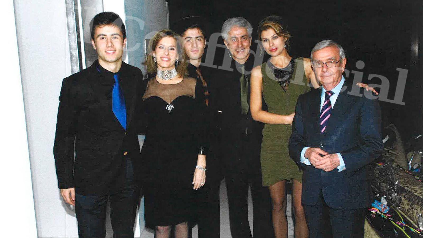 Foto: Zandi, en el centro, en una foto de grupo en la que aparece Rafael Ansón, apoderado de otra 'offshore' que aparece en los Papeles de Panamá.