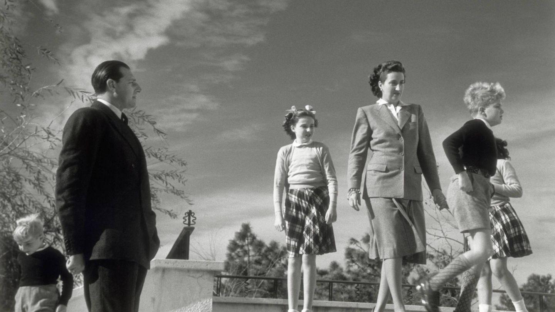 Don Juan de Borbón, María de las Mercedes y sus hijos, en 1947. (Cordon Press)