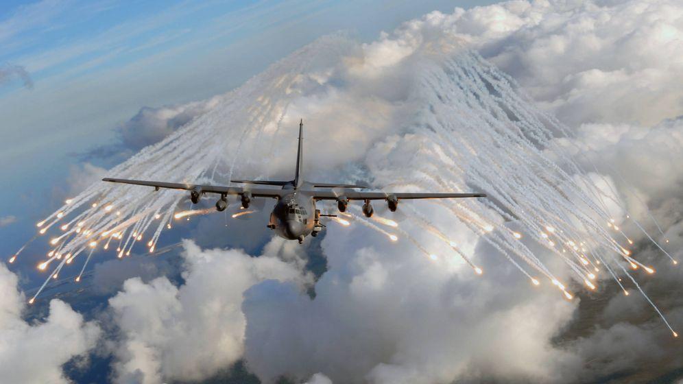 Foto: Un AC-130U Spooky lanzando bengalas (USAF)