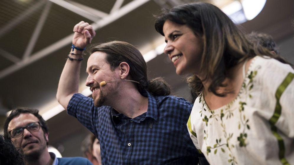 Foto: El secretario general de Podemos, Pablo Iglesias (c), junto al alcalde de Cádiz, José María González 'Kichi' (i), y la secretaria general de Podemos Andalucía, Teresa Rodríguez. (EFE)