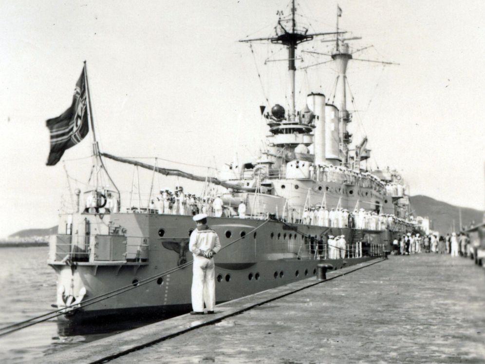 Foto: Imagen tomada por el empresario austro-alemán Oskar Walter Jablonisky de un buque de la Armada alemana atracado en el puerto de La Luz en 1935. (EFE)