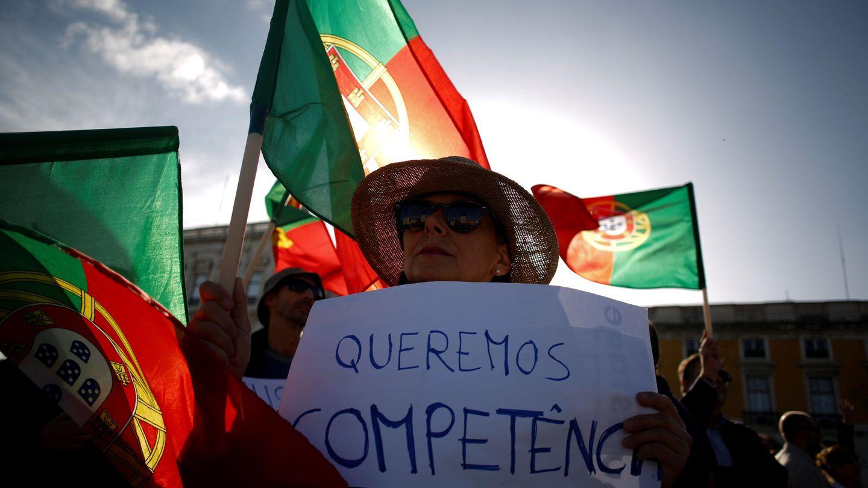 Manifestaciones de homenaje a las víctimas de los incendios y exigencia de responsabilidades, en la Praça do Comércio de Lisboa, en octubre de 2017. (Reuters)