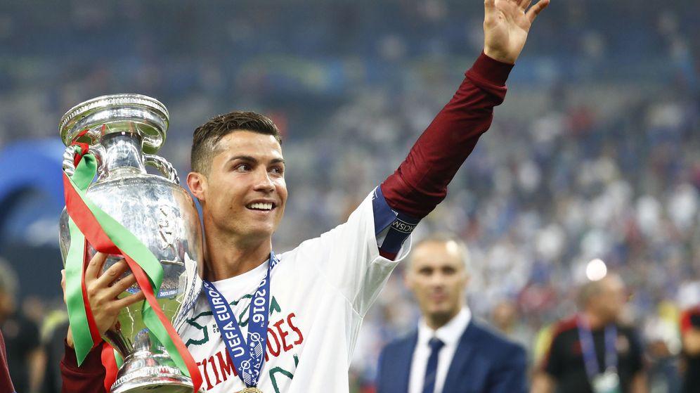 Foto: Cristiano, con el trofeo. (Reuters)