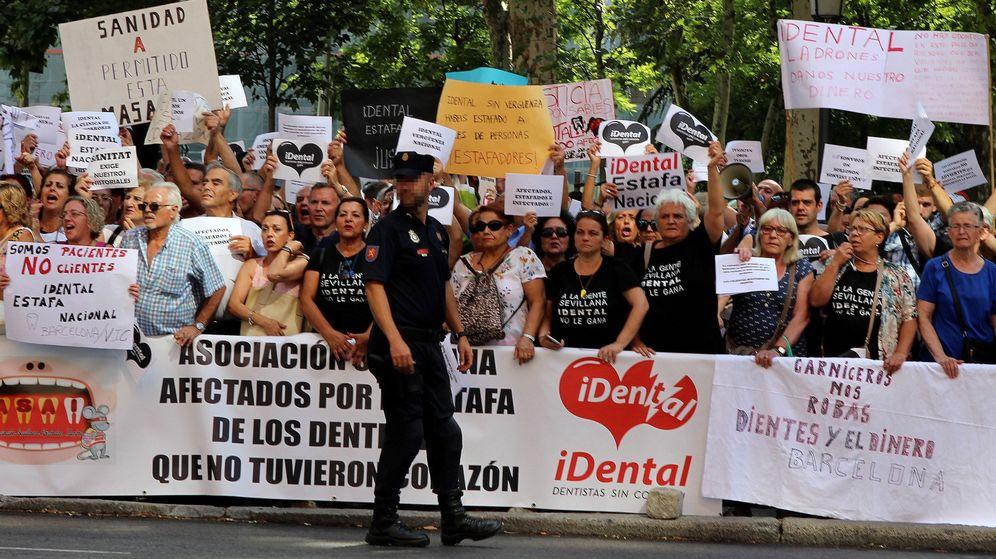 Foto: Cientos de personas venidos de diferentes puntos de España, afectados por la empresa de odontología iDental, se manifiestan en Madrid el pasado julio. (EFE)