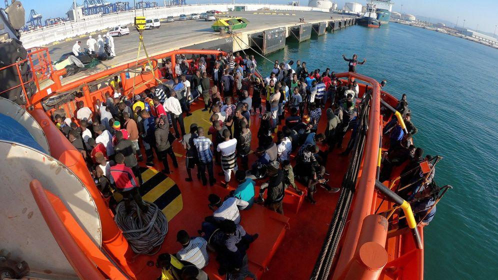 Foto: La embarcación de Salvamento Marítimo Maria Zambrano rescató a 212 personas en aguas del Estrecho este lunes en Algeciras. (EFE)