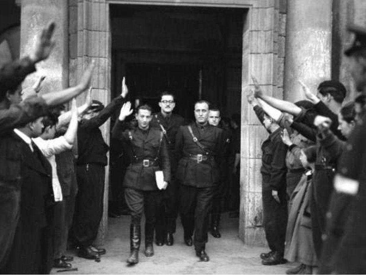 Foto: José Antono Giménez Arnau, en el centro, primer director de  EFE en un acto de Falange en 1938.