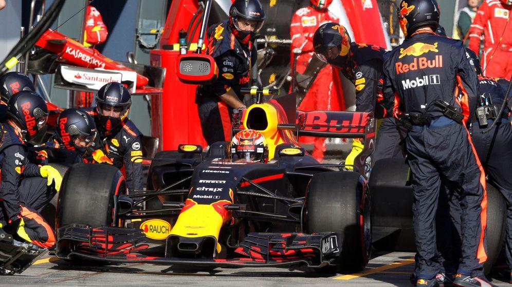 Foto: Verstappen, durante un pit-stop. (Reuters)