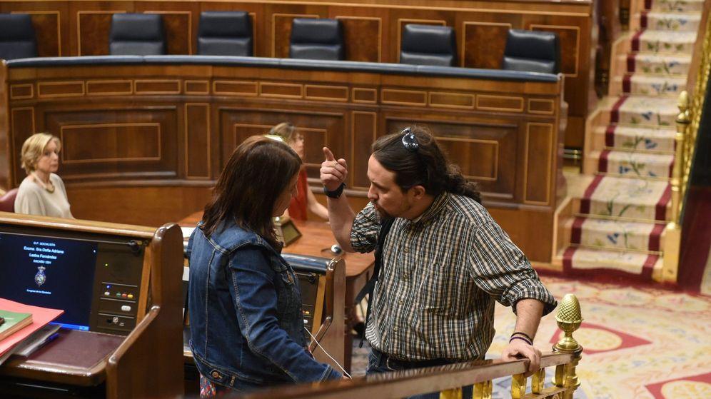 Foto: El secretario general de Podemos, Pablo Iglesias, conversa con la diputada del PSOE Adriana Lastra durante la sesión del pleno del Congreso celebrada este martes. (EFE)