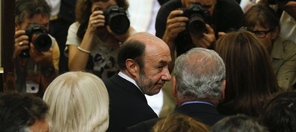Foto: El secretario general del PSOE, Alfredo Pérez Rubalcaba, abandona el Congreso. (Reuters)