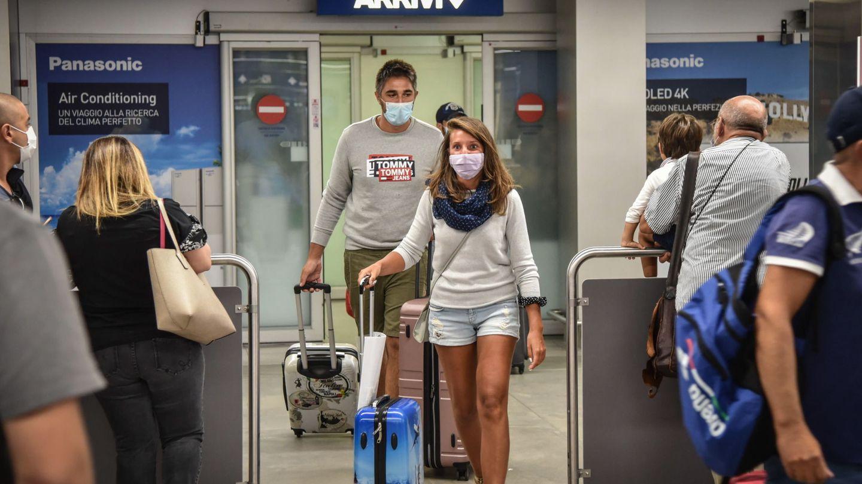 Pasajeros desembarcan en el aeropuerto de Barajas. (EFE)