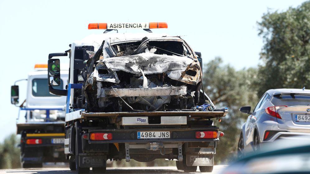 Foto: El vehículo de José Antonio Reyes siendo remolcado. (Reuters)